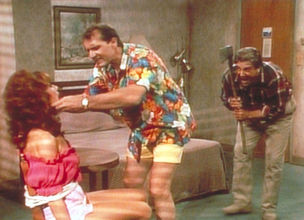 Al (Ed O'Neill, M.) versucht, Peggy (Katey Sagal, l.) zu befreien - doch der Axtmörder (Vic Polizos, r.) lauert bereits hinter ihm. - Bildquelle: Sony Pictures Television International. All Rights Reserved.