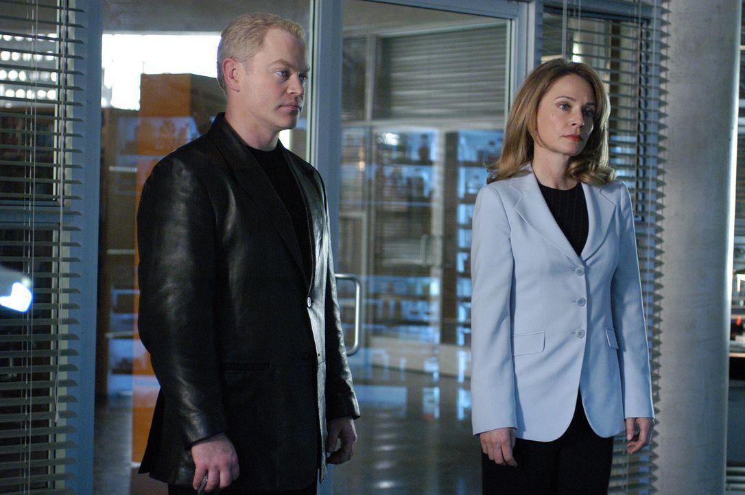 Connor (Neal McDonough, l.) ist nicht begeistert, als sich Kate Ewing (Susanna Thompson, r.) in seinen Fall mit einmischt ... - Bildquelle: Paramount Pictures International