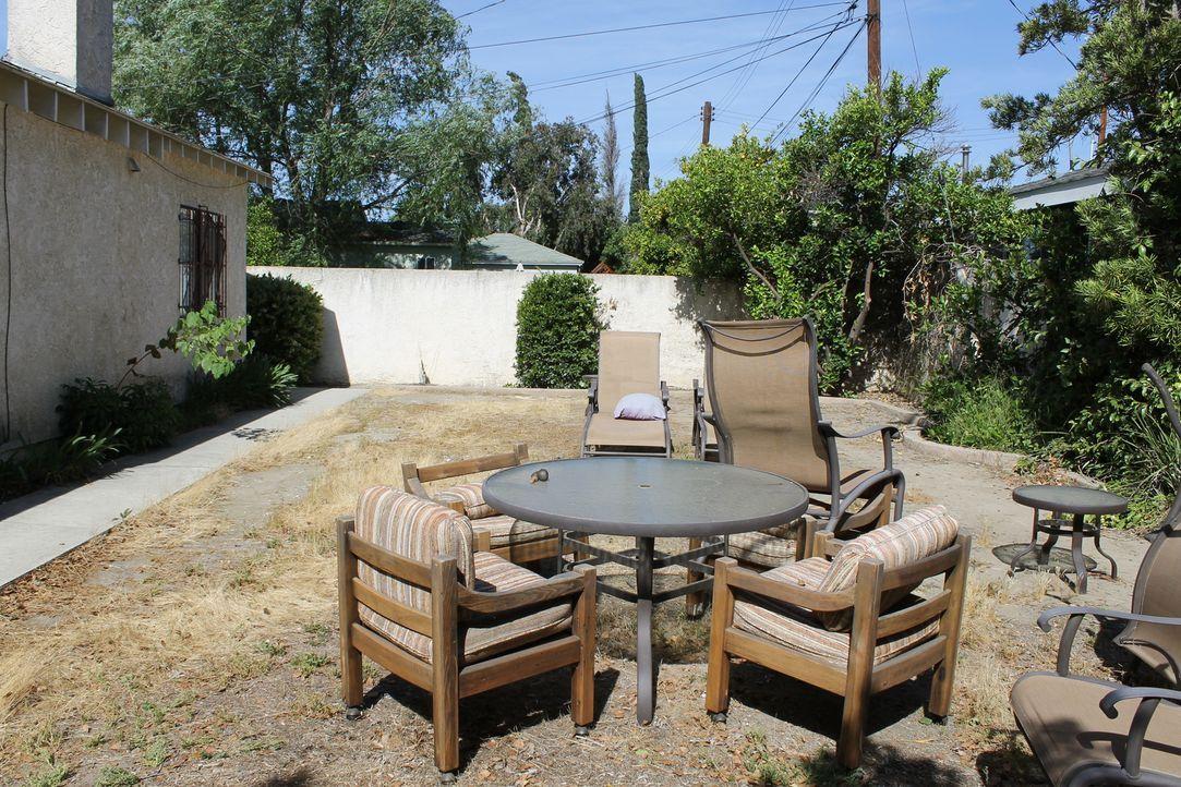 Der Garten von Gary und Luiza ist eine triste, graue Wüste, doch die Träume der Hausbesitzer sind groß. Kann Sara Bendrick den Garten in eine Wohlfü... - Bildquelle: 2014, DIY Network/Scripps Networks, LLC. All Rights Reserved.
