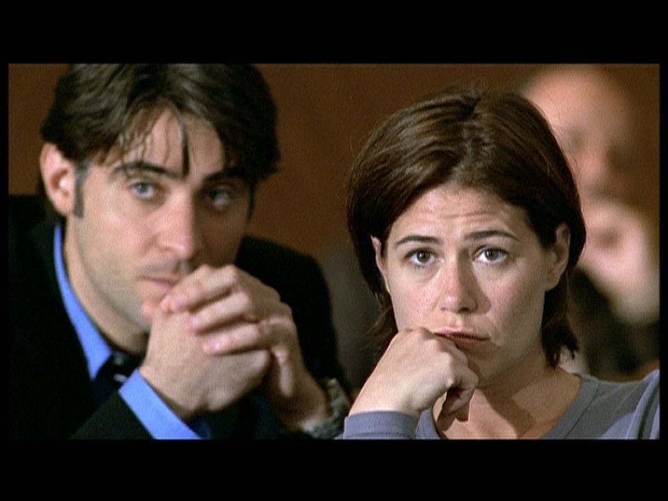 Abbys Mutter Maggie wird nach ihrem Selbstmordversuch für 90 Tage zwangseingewiesen. Unterstüzt von Kovac (Goran Visnjic, l.), sagt Abby (Maura Tier... - Bildquelle: TM+  2000 WARNER BROS.