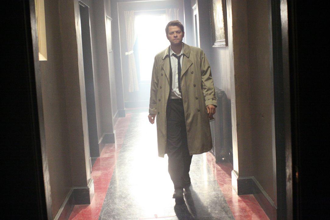 Nimmt es mit seinem Bruder auf: Castiel (Misha Collins) ... - Bildquelle: Warner Bros.