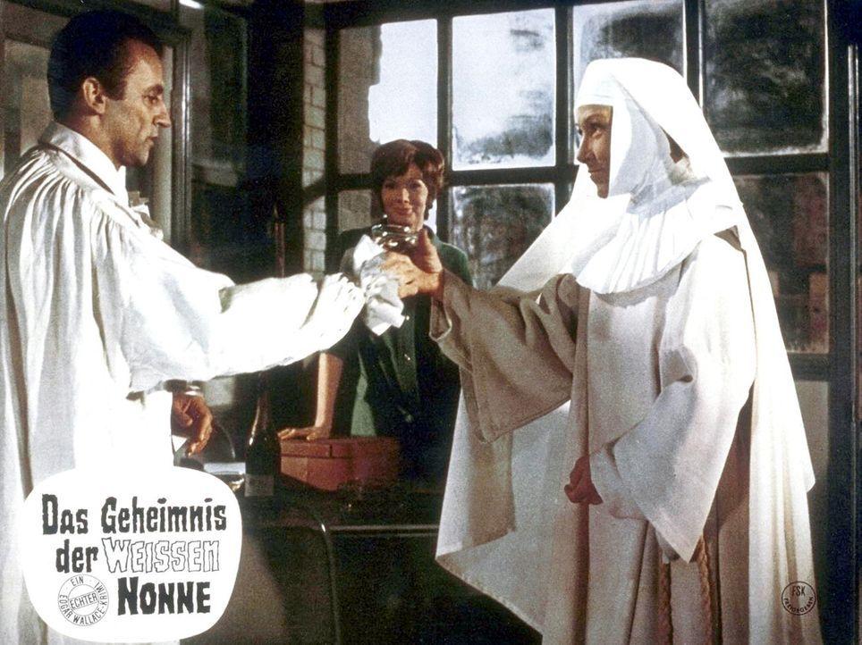 Hüten ein dunkles Geheimnis (v.l.n.r.): Clossen (Eddi Arent), Trudy Emberday (Susan Hampshire) und Oberin (Brigitte Horney) - Bildquelle: Constantin Film