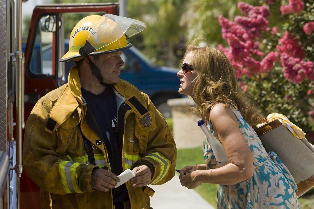 Selbst jetzt, als alle Bewohner wegen des Feuers in Majestic gezwungen werden, ihre Häuser zu räumen, lässt sich Celia (Elizabeth Perkins, r.) ei... - Bildquelle: Lions Gate Television