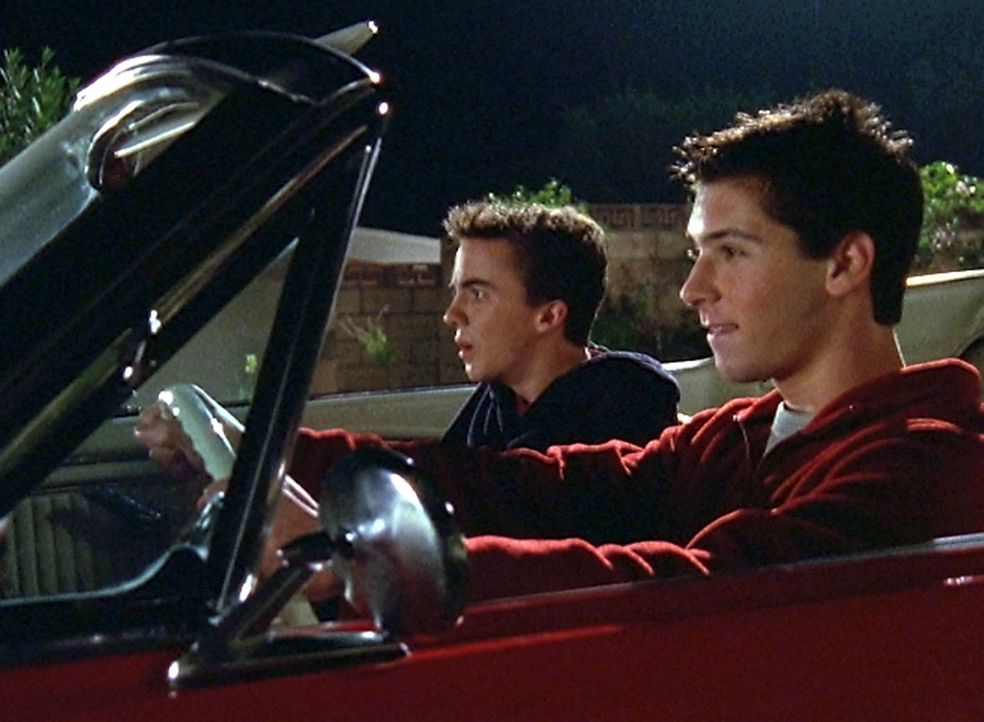 Obwohl Hal sicherheitshalber den Motor aus dem Wagen ausgebaut hat, schleppen Malcolm (Frankie Muniz, l.) und Reese (Justin Berfield, r.) den Wagen... - Bildquelle: TM +   2000 Twentieth Century Fox Film Corporation. All Rights Reserved.
