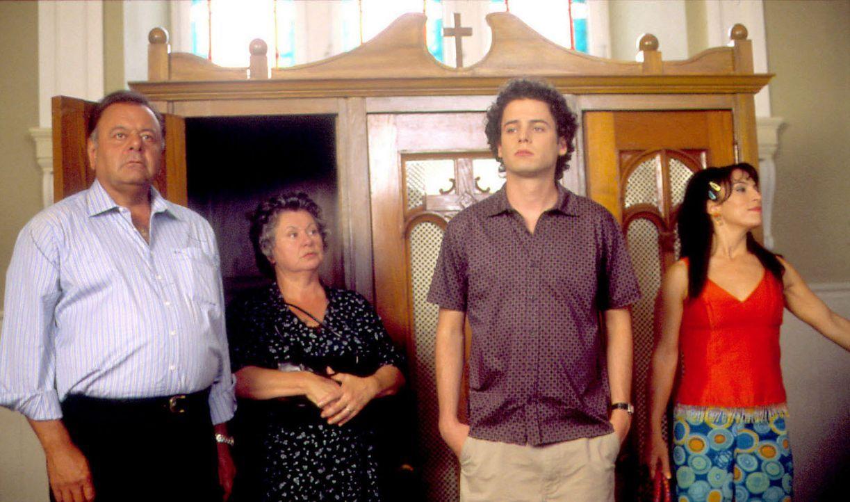 Eine stolze Familie: Mama Maria (Ginette Reno, 2.v.l.), Papa Gino (Paul Sorvino, l.), Angelo (Luke Kirby, 2.v.r.) und Anna (Claudia Ferri, r.) ... - Bildquelle: Samuel Goldwyn Films