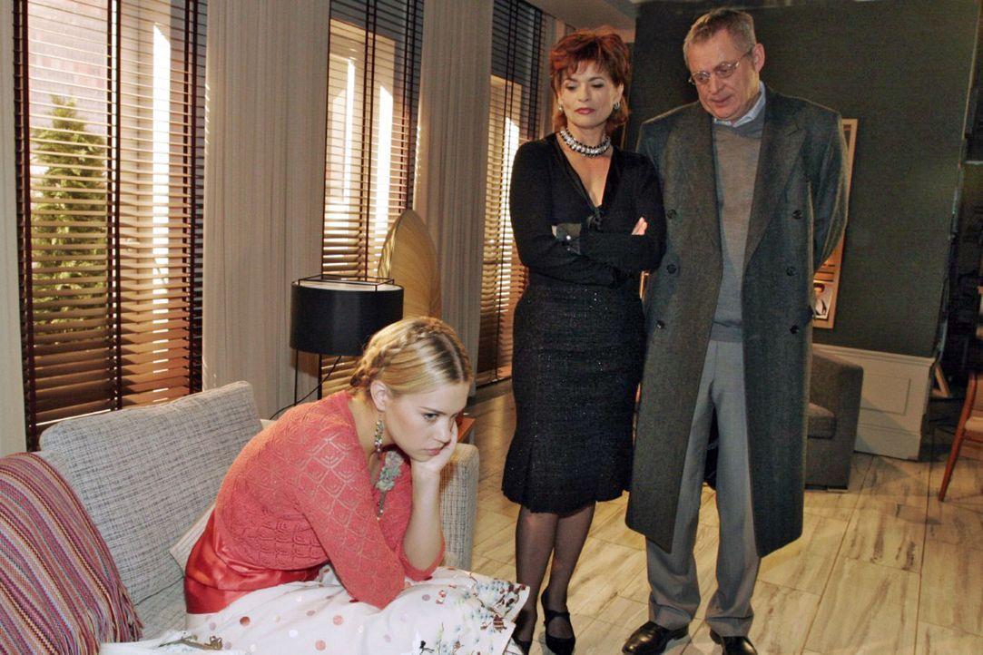 Sophie (Gabrielle Scharnitzky, M.) stellt sich auf Friedrichs (Wilhelm Manske, r.) Seite, als dieser Kim (Lara-Isabelle Rentinck, l.) in die Villa z... - Bildquelle: Noreen Flynn Sat.1