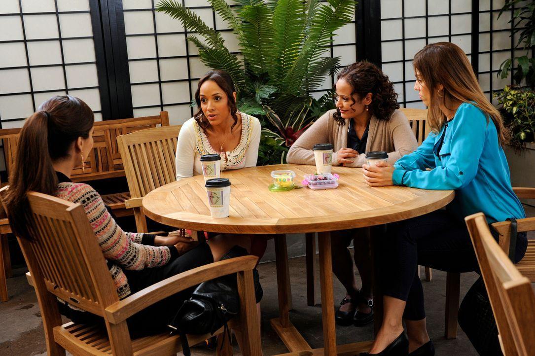 Lassen sich über ihre Arbeitgeber aus: Marisol (Ana Ortiz, r.), Rosie (Dania Ramirez, 2.v.l.), Carmen (Roselyn Sanchez, l.) und Zoila (Judy Reyes, 2... - Bildquelle: ABC Studios