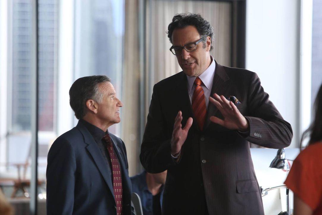 Eine Firma möchte die Agentur aufkaufen. Während Simon (Robin Williams, l.) total dagegen ist, versucht ihm Gordon (Brad Garrett, r.) die Vorteile z... - Bildquelle: 2014 Twentieth Century Fox Film Corporation. All rights reserved.