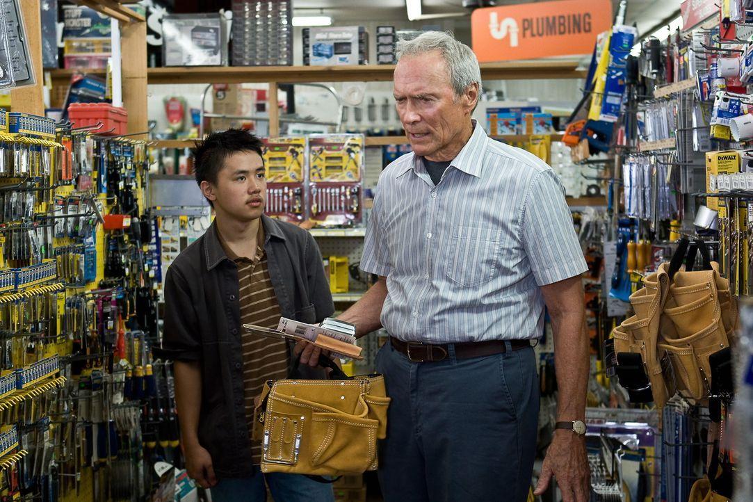 Aus dem verbitterten alten Walt (Clint Eastwood, r.) wird dank seines jungen Nachbarn Thao (Bee Vang, l.) ein anderer Mensch ... - Bildquelle: Warner Bros