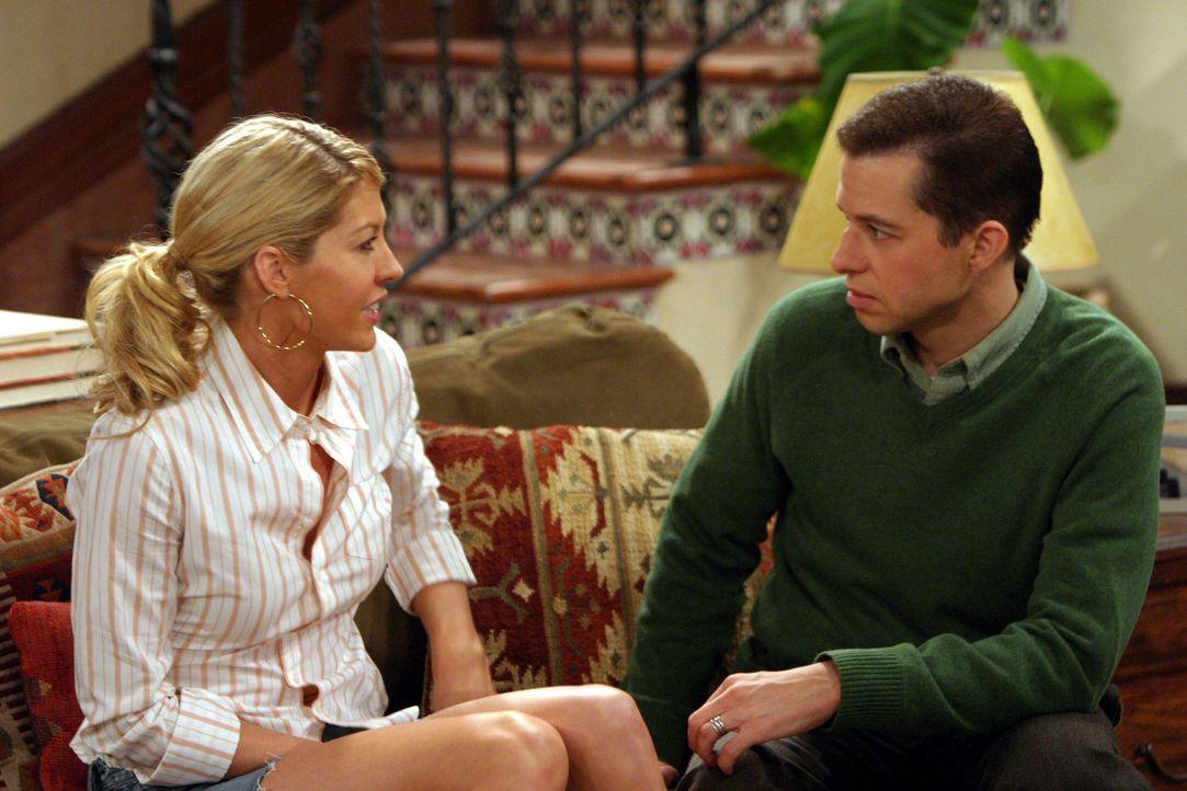 Endlich berichtet die geheimnisvolle, schöne Frankie (Jenna Elfman, l.) von ihren Schwierigkeiten, so dass Alan (Jon Cryer, r.) ihr gegen Charlies R... - Bildquelle: Warner Brothers Entertainment Inc.