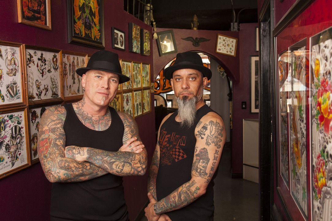 Eine junge Frau mit hässlichem Tattoo? Das ist ein Fall für Dirk (l.) und Kumpel Ruckus (r.) ... - Bildquelle: Richard Knapp 2014 A+E Networks, LLC
