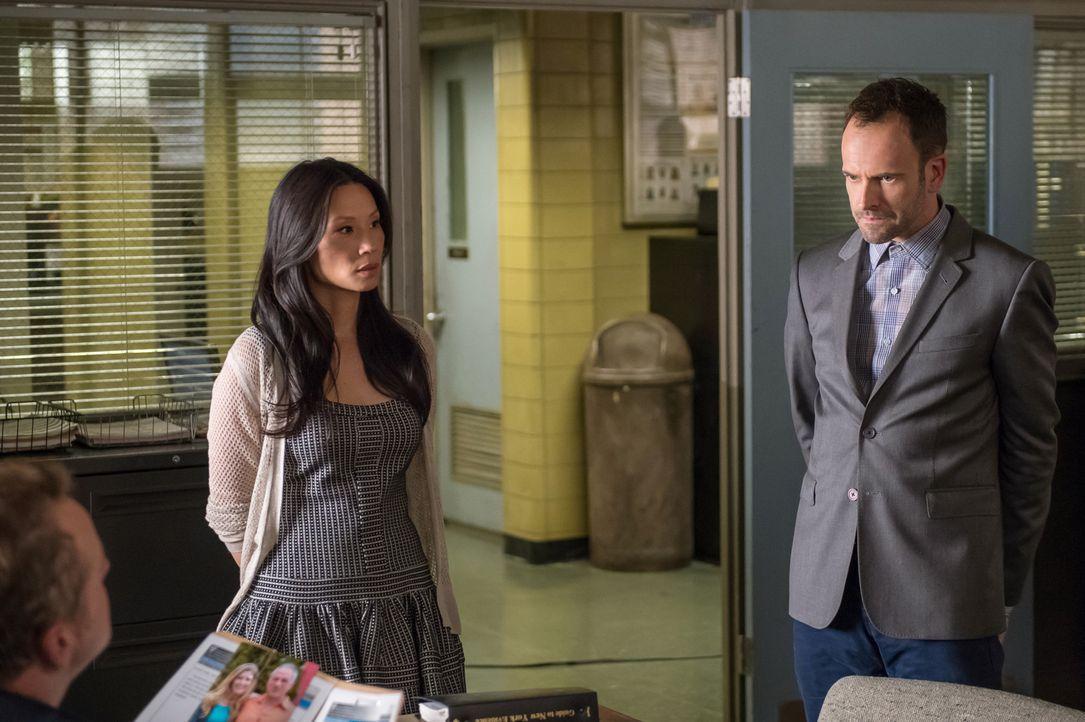 Gemeinsam enthüllen Holmes (Jonny Lee Miller, r.) und Watson (Lucy Liu, l.) die Identität eines Serienkillers, dessen Fall schon lange ruht, und ger... - Bildquelle: CBS Television