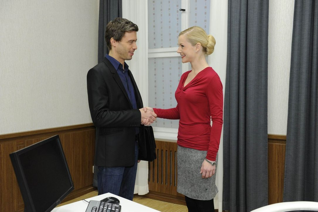 Versichern sich einer guten und interessanten Zusammenarbeit: Julian (Sebastian Hölz, l.) und Helena (Kim-Sarah Brandts, r.) ... - Bildquelle: SAT.1