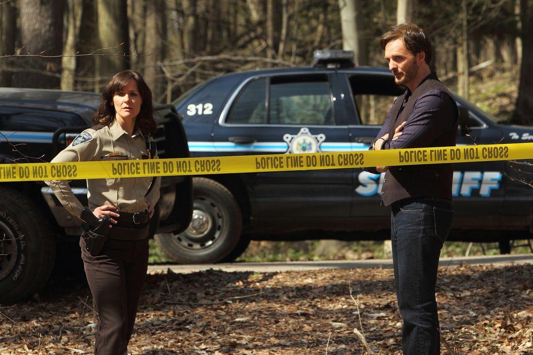 Noch bevor Jeremy (Greg Bryk, r.) und das Rudel sich um eine erneute Leiche kümmern können, finden Sheriff Karen Morgan (Fiona Highet, l.) und ihr T... - Bildquelle: 2014 She-Wolf Season 1 Productions Inc.