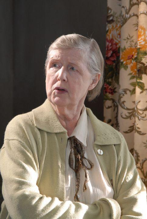 In Portwenn machen beunruhigende Gerüchte über Janet (Irene Sutcliffe) die Runde. Doch stimmen die überhaupt? - Bildquelle: BUFFALO PICTURES/ITV