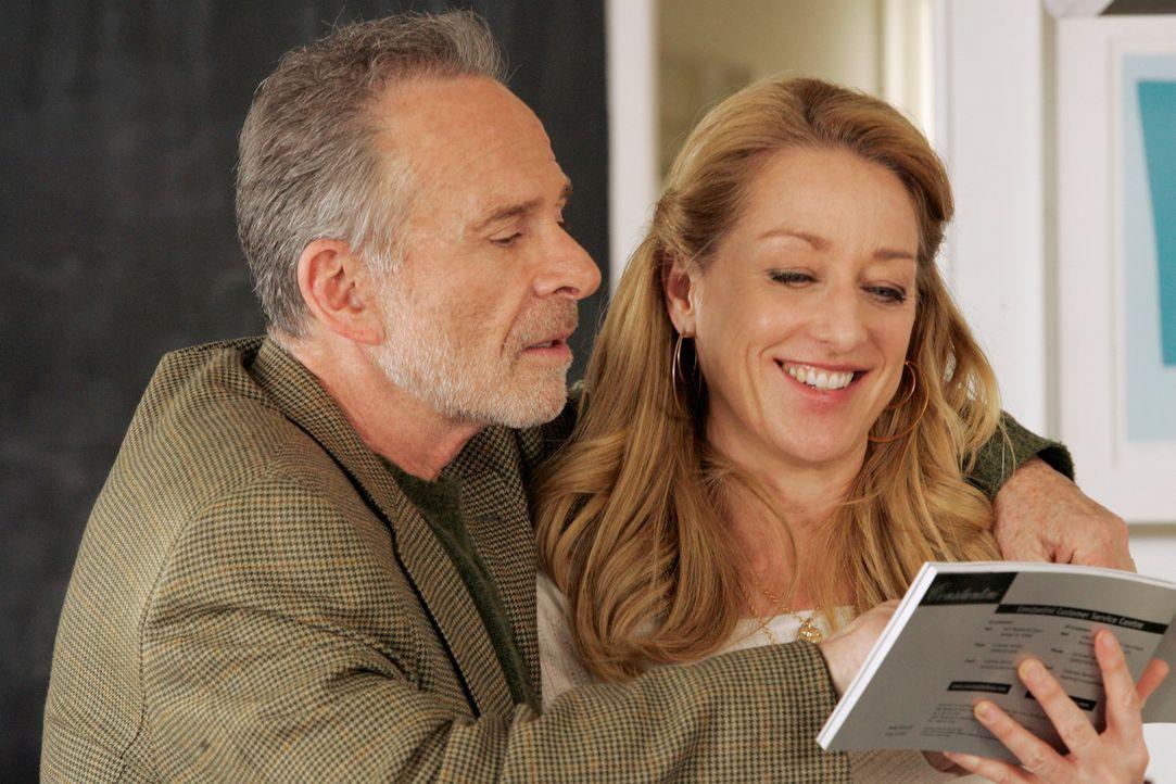Zwischen Saul (Ron Rifkin, l.) und der Affäre seines verstorbenen Schwagers (Patricia Wettig, r.) sprühen die Funken ... - Bildquelle: Disney - ABC International Television