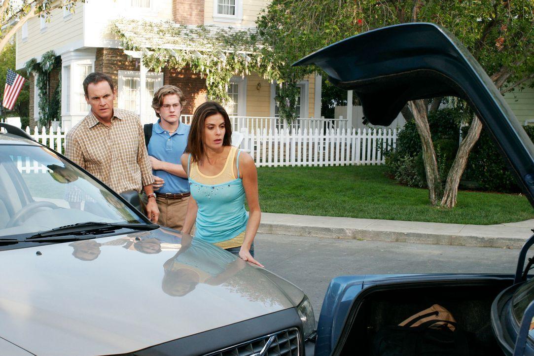 Susan (Teri Hatcher, r.) versucht Paul (Mark Moses, l.) und Zach (Cody Kasch, M.) aufzuhalten, als diese die Wisteria Lane verlassen wollen ... - Bildquelle: 2005 Touchstone Television  All Rights Reserved