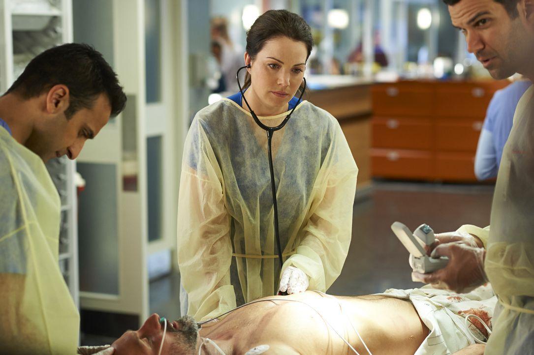Alex (Erica Durance, M.) versucht, einem Rennfahrer das Leben zu retten, während Maggie von Dr. Katz eine erstaunliche Neuigkeit erfährt ... - Bildquelle: Ken Woroner 2014 Hope Zee Three Inc.