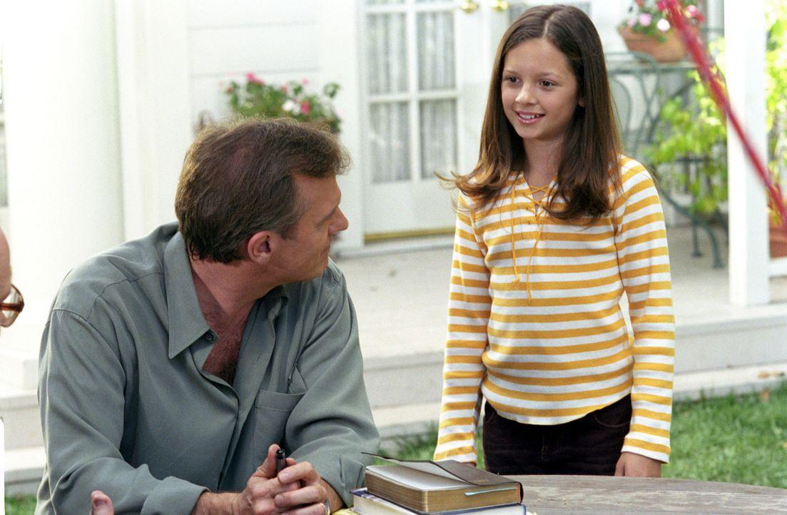 Ruthie (Mackenzie Rosman, r.) berichtet ihrem Vater (StephenCollins, l.), der sich langsam von seiner Bypass-Operation erholt, ausführlich von den E... - Bildquelle: The WB Television Network