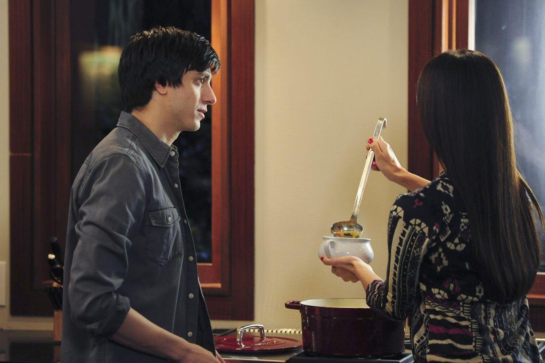 Ty (Gideon Glick, l.) glaubt zu wissen, mit wem Carmen (Roselyn Sanchez, r.) zusammen ist. Er will sie nicht kampflos aufgeben ... - Bildquelle: 2014 ABC Studios