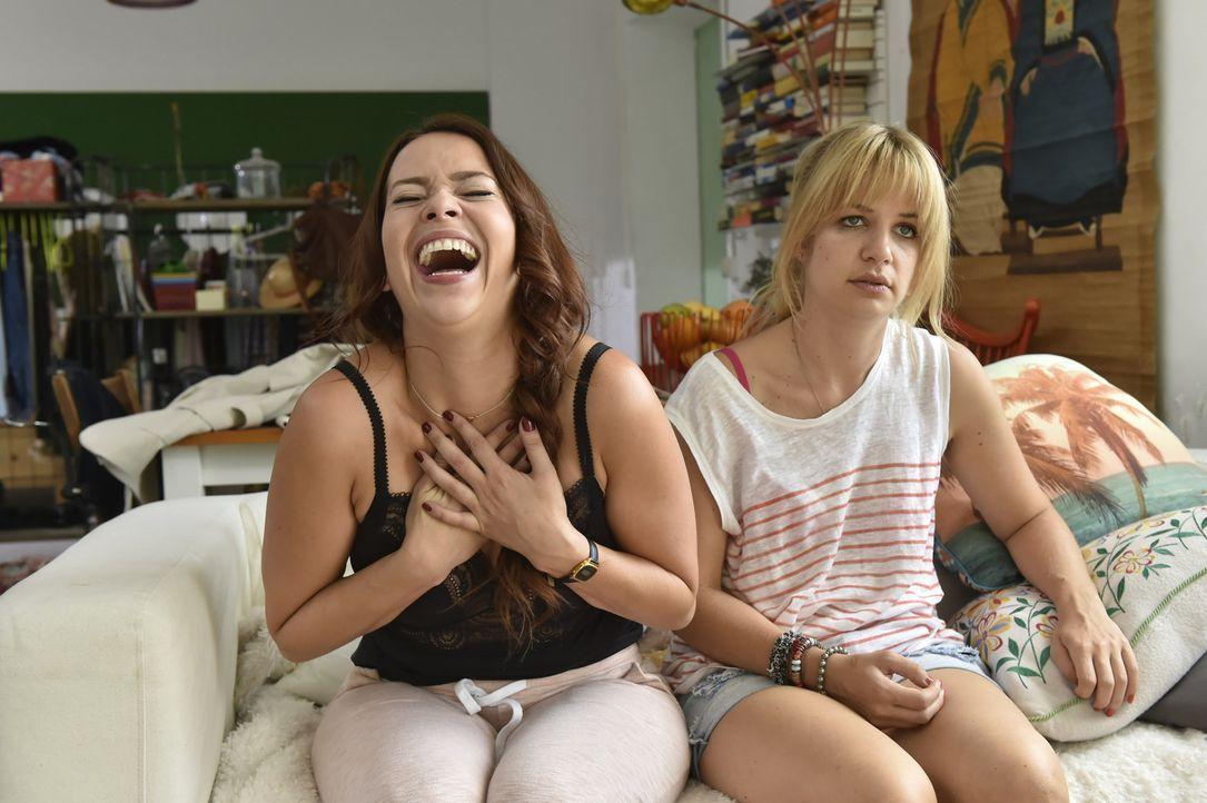 Mila (Susan Sideropoulos, r.) muss sich um Sally (Laura Osswald, l.) kümmern, die high von ihrem thailändischen Antibiotika ist ... - Bildquelle: Claudius Pflug SAT.1