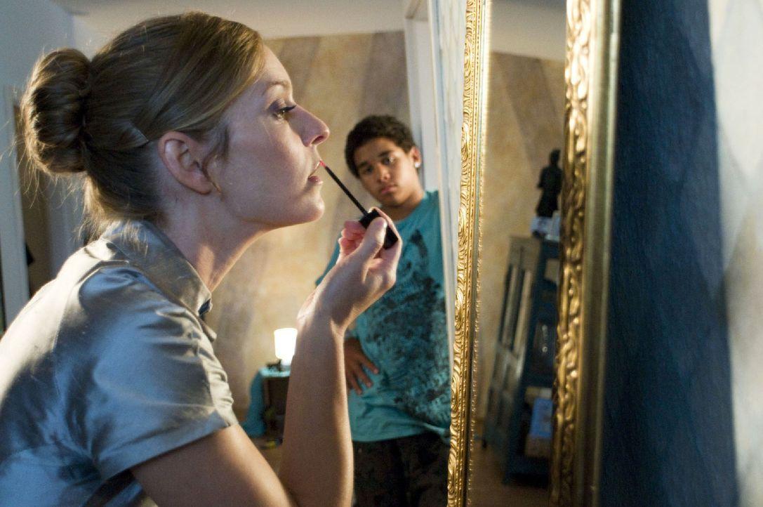 Marie (Lisa Martinek, l.) schminkt sich für ihren ersten Abend als Prostituierte, als Steven (Diego Alvarez, r.) sie überrascht. Sie erzählt ihm,... - Bildquelle: Jacqueline Krause-Burberg Sat.1