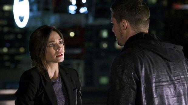 Cat (Kristin Kreuk, l.) macht sich Sorgen um Vincent (Jay Ryan, r.), dem nach...