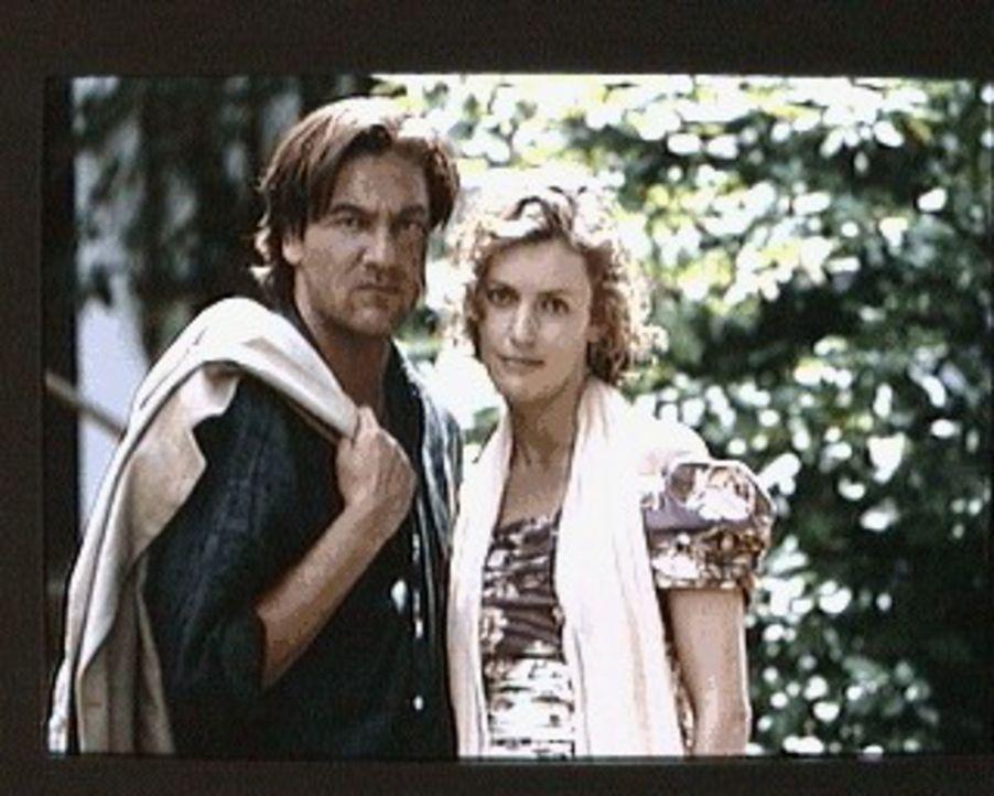 Als Edmund (Rainer Grenkowitz, l.) die Familie seines älteren Bruders Martin besucht, lebt eine alte Leidenschaft zwischen ihm und Sabine (Katharina... - Bildquelle: Erika Hauri Sat.1/Hauri