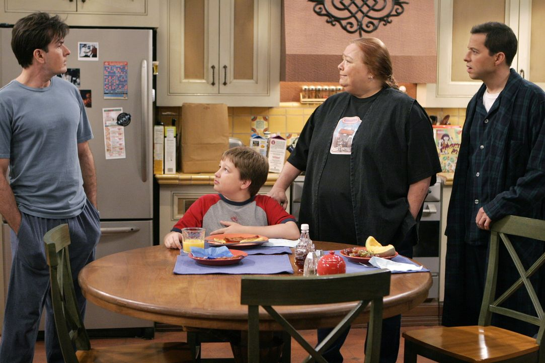 Sagen Charlie (Charlie Sheen, l.) was sie von seiner neuen Freundin halten: Alan (Jon Cryer, r.), Jake (Angus T. Jones, 2.v.l.) und Berta (Conchata... - Bildquelle: Warner Brothers Entertainment Inc.