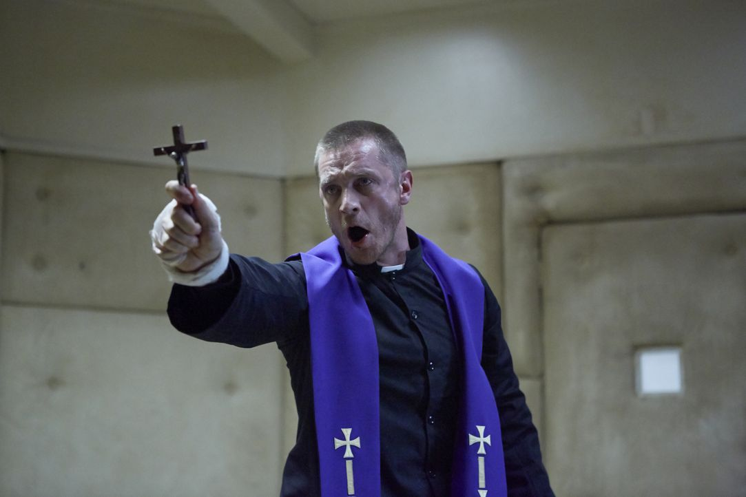 Im Kampf gegen das Böse soll Priester John Barrow (Devon Sawa) einen Exorzismus durchführen. Mit der Kraft Gottes setzt er alles daran, Molly das Bö... - Bildquelle: 2015 Twentieth Century Fox Film Corporation. All rights reserved.