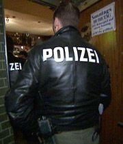 In einer Kneipe gibts Ärger. Die Cops schauen nach dem Rechten.  - Bildquelle: sat1