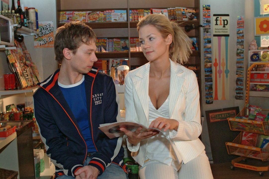Sabrina (Nina-Friederike Gnädig, r.) versucht mit ihren Waffen aus Jürgen (Oliver Bokern, l.) herauszukitzeln, was es mit der Verlobung auf sich hat... - Bildquelle: Monika Schürle Sat.1