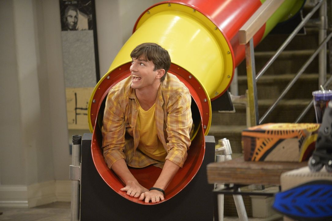 Findet Gefallen an Louis und den Spielsachen: Walden (Ashton Kutcher) ... - Bildquelle: Warner Brothers Entertainment Inc.