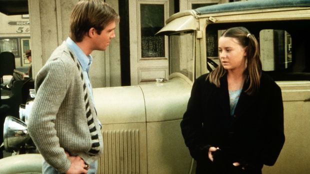An der Bushaltestelle lernt John-Boy (Richard Thomas, l.) ein Mädchen kennen,...