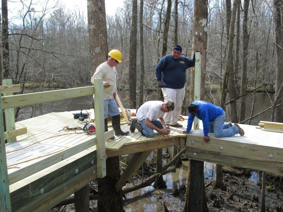 In einem Sumpfgebiet in Windsor, North Carolina klettern die Treehouse Guys mal wieder hoch in die Bäumen, um der Community einen Baumhaus-Traum zu bauen, der Fischern, Kayakern und anderen Flussliebhabern Unterschlupf nach einem anstrengenden Outdoor-Tag bietet ...