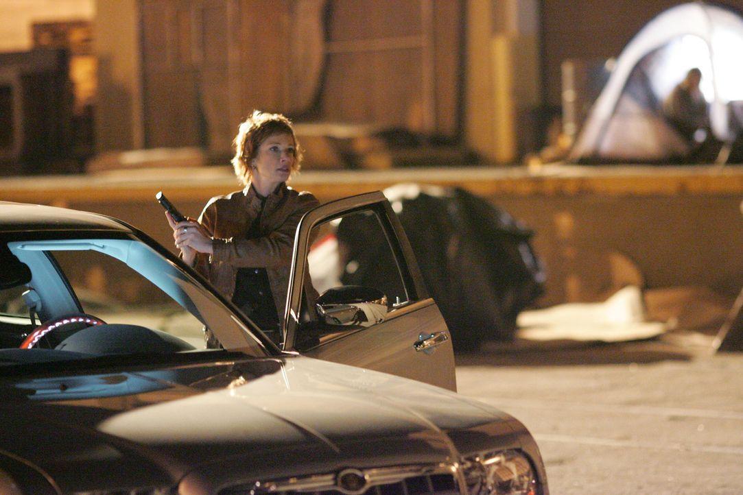 Shepard (Lauren Holly) geht ein großes Risiko ein, als sie sich alleine mit einem Informanten trifft. Als der Mann bei einer Schießerei getötet wird... - Bildquelle: CBS Television