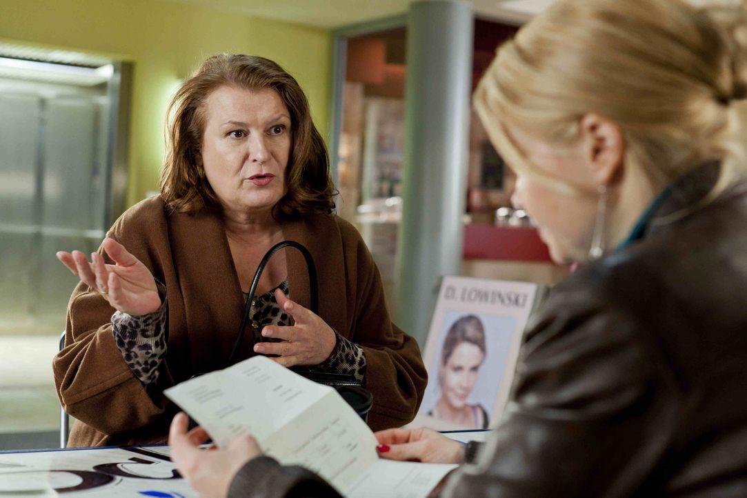 Während Danni (Annette Frier, r.) sich für ihre neue Mandantin Ulla Bode (Traute Hoess, l.) einsetzt, hat Kurt zu ihrer Überraschung einen Job gefun... - Bildquelle: Frank Dicks SAT.1