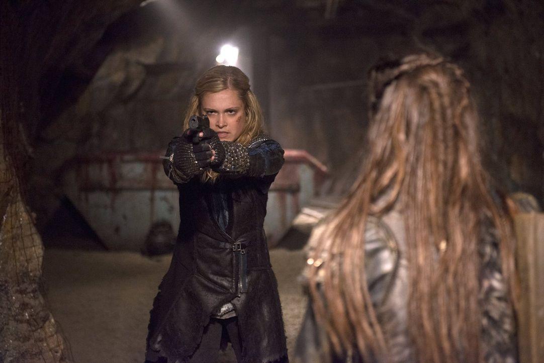 Clarke (Eliza Taylor) muss eine schwere Entscheidung treffen, die über die Zukunft ihres Volkes entscheiden wird ... - Bildquelle: 2014 Warner Brothers
