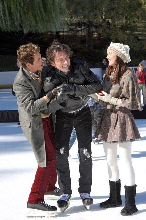Blairs (Leighton Meester, r.) Freude über den Besuch ihres Vaters Harold (John Shea, l.) ist groß. Doch dann taucht er mit seinem Freund Roman (Wi... - Bildquelle: Warner Brothers