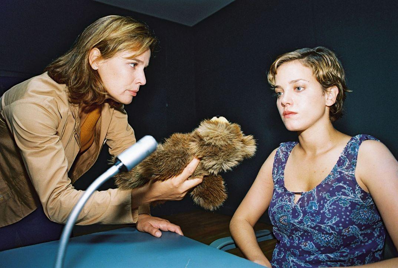 Katja (Désirée Nosbusch, l.) befragt Nicole (Muriel Baumeister, r.) im Verhörraum. - Bildquelle: Sat.1