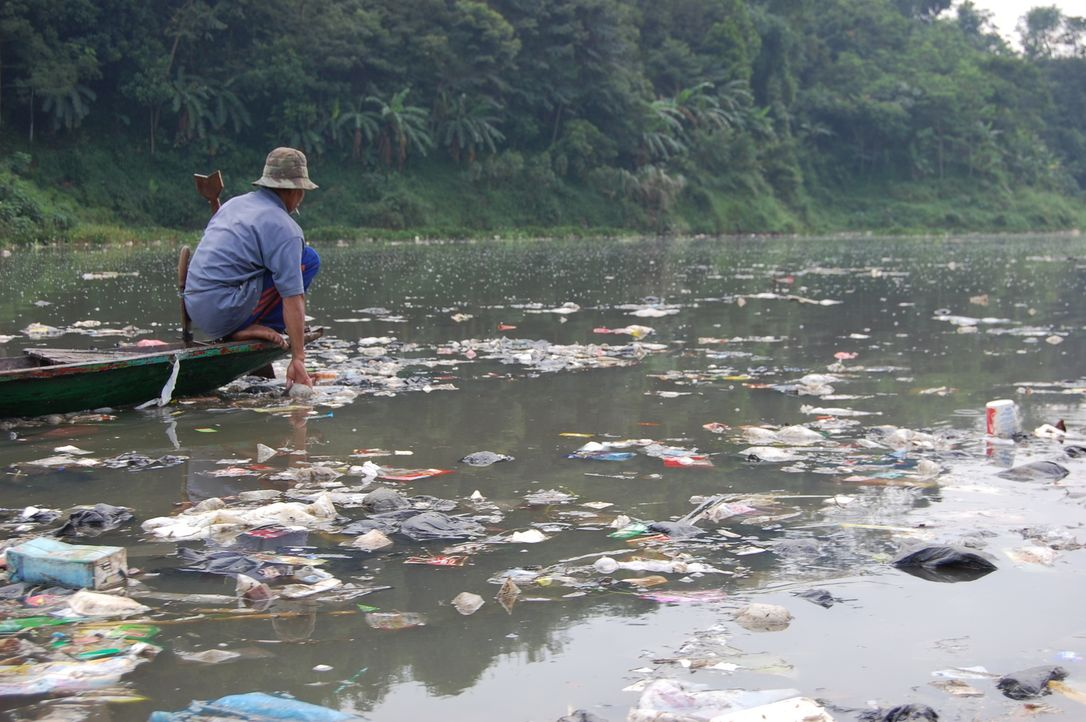 Die Menschen, die am Citarum Fluss leben, versuchen, sich den Dreck im Wasser zu Nutze zu machen. Der Fischer Herman fischt nicht nach Fischen sonde... - Bildquelle: Quicksilver Media 2012
