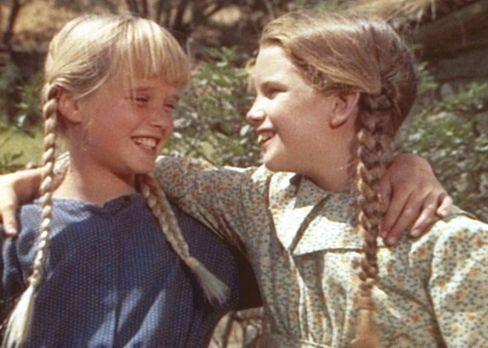 Unsere kleine Farm - Laura (Melissa Gilbert, r.) und Schulkameradin Olga Nord...