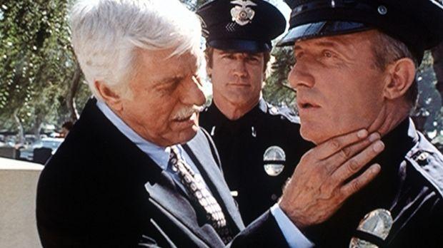 Dr. Mark Sloan (Dick Van Dyke, l.) untersucht Lieutenant Max Jupe (Jonathan B...