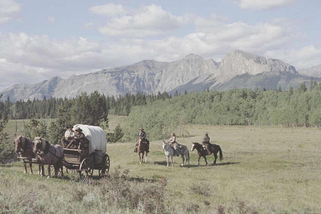 Open Range - Weites Land: Boss (Robert Duvall, r.), Charlie (Kevin Costner, M.), Sue (Annette Bening, 2.v.r.), Mose (Abraham Benrubi, 2.v.l.) und Bu... - Bildquelle: Touchstone Pictures