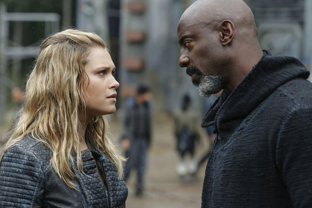 Während Clarke (Eliza Taylor, l.) in einer heiklen Situation ausgerechnet von Jaha (Isaiah Washington, r.) Rückendeckung erhält, gerät Bellamy in di... - Bildquelle: 2016 Warner Brothers