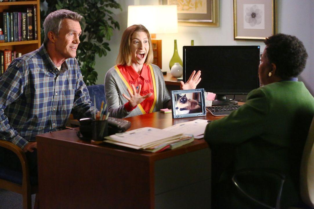 Gelingt es Mike (Neil Flynn, l.) und Sue (Eden Sher, M.), Miss Teegarden (Carlease Burke, r.) dazu zu bewegen, Sue wieder am College aufzunehmen, ob... - Bildquelle: Warner Bros.