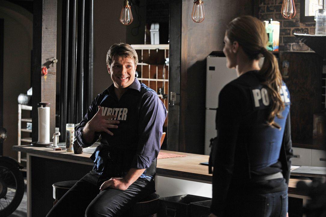 Auf keinen Fall darf sich Beckett (Stana Katic, r.) bewegen, denn sie steht auf dem Auslöser einer Bombe. Castle (Nathan Fillion, l.) steht ihr bei... - Bildquelle: ABC Studios