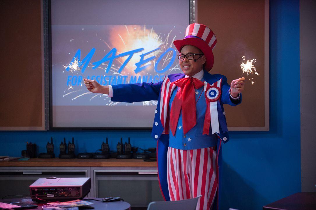 Mateo (Nico Santos) will unbedingt die freigewordene Stelle erhaschen und legt sich mächtig ins Zeug. Doch kommt das gut an? - Bildquelle: Colleen Hayes 2015 Universal Television LLC. ALL RIGHTS RESERVED.