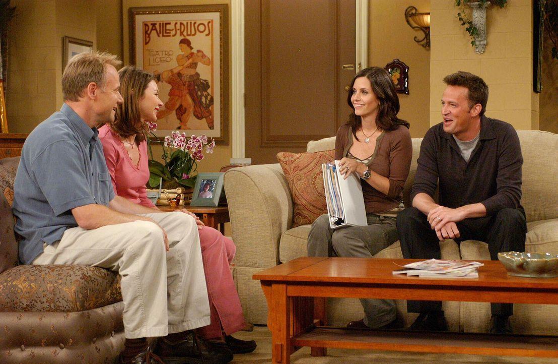 Während des Besuchs bei Colleen (Kellie Waymire, 2.v.l.) und Bill (Jim Meskimen, l.) begeht Chandler (Matthew Perry, r.) einen großen Fehler. Monica... - Bildquelle: 2003 Warner Brothers International Television
