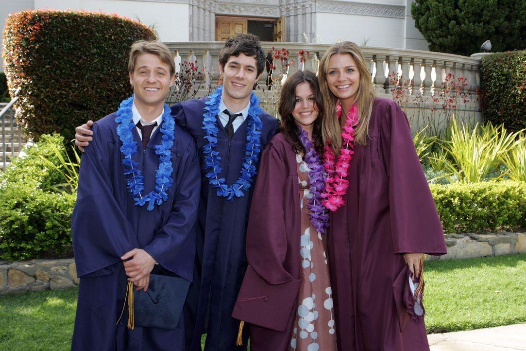 Der Tag der Abschlusszeremonie ist gekommen. Ryan (Benjamin McKenzie, l.), Seth (Adam Brody, 2.v.l.), Summer (Rachel Bilson, 2.v.r.) und Marissa (Mi... - Bildquelle: Warner Bros. Television